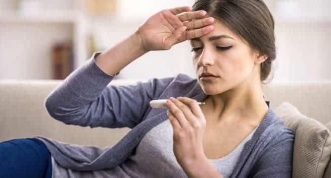 Ngứa họng có thể đi kèm với các triệu chứng sốt, đau cơ