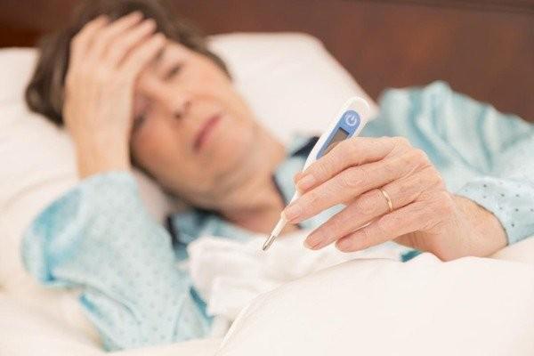 Sốt, ớn lạnh, mệt mỏi cũng là triệu chứng của viêm khớp nhiễm khuẩn