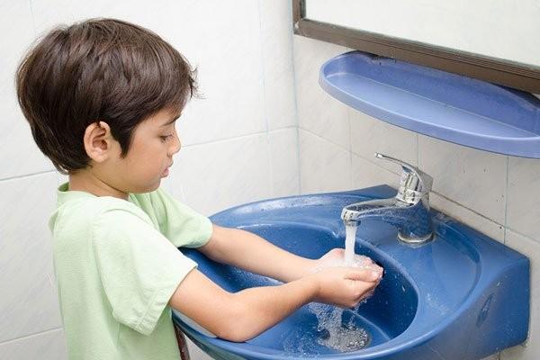 Nhắc nhở bé rửa tay thường xuyên
