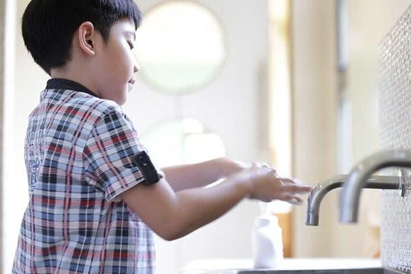 Rửa tay sạch sẽ là cách đơn giản nhất để ngăn ngừa các bệnh mùa hè thường gặp ở trẻ