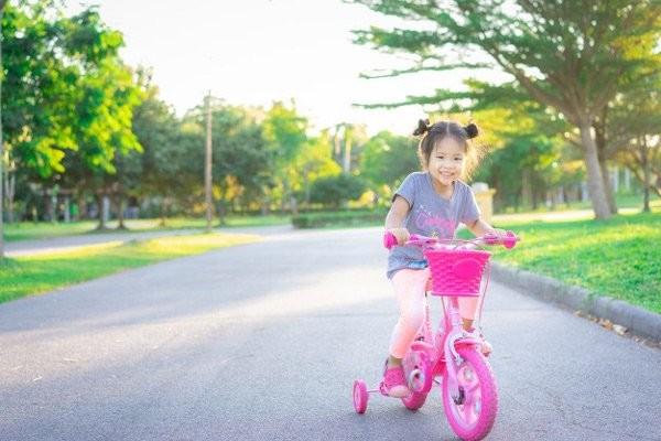 Hãy khuyến khích bé ra ngoài chơi đùa cùng bạn bè
