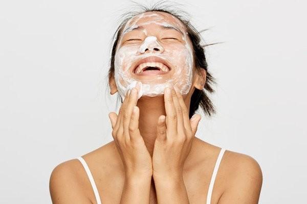 Rửa mặt thật sạch là một trong những cách chăm sóc da mùa hè cơ bản