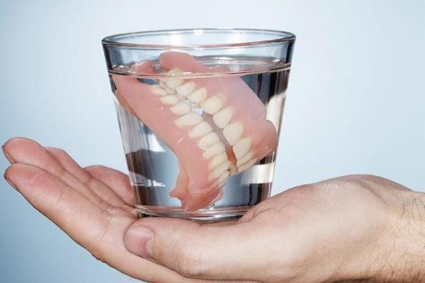 Cần chăm sóc răng giả đúng cách