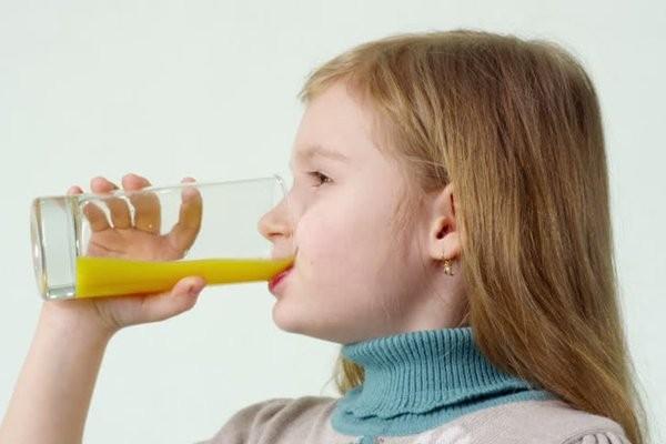Cho trẻ uống nước trái cây khi bị cháy nắng