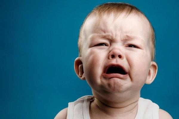 Trẻ đang bị đau bụng có thể quấy khóc