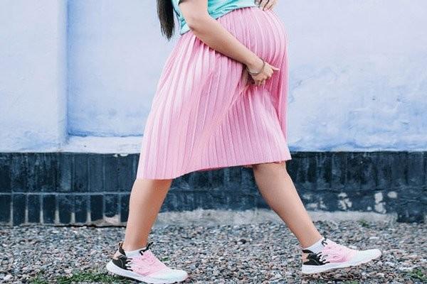 Chọn giày phù hợp có thể hạn chế đau lưng khi mang thai