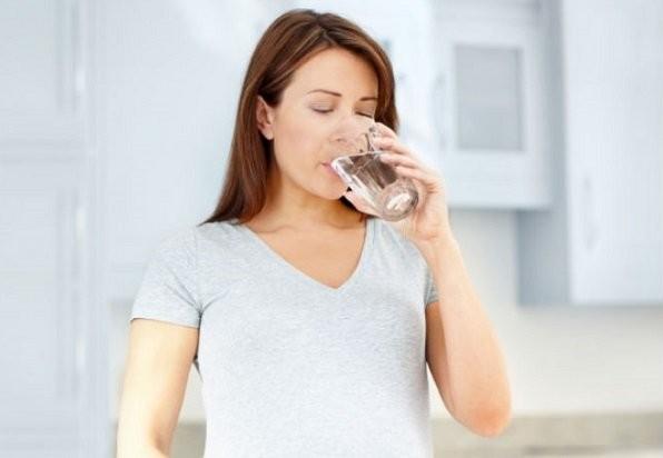 uống đủ nước khi mang thai