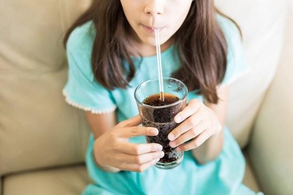 Trẻ uống nhiều đồ ngọt có nhiều nguy cơ mắc