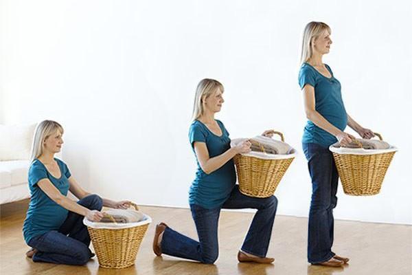 Khiêng vác vật nặng đúng cách sẽ giúp mẹ không bị đau lưng