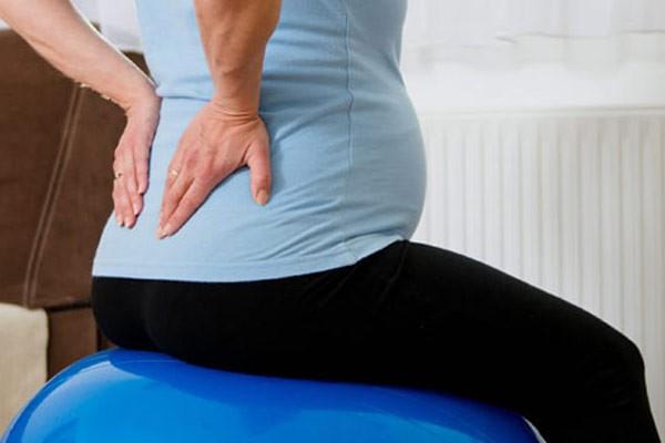 Đau lưng là một trong những than thở phổ biến của mẹ khi mang thai tuần 18