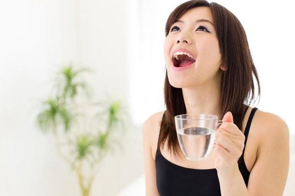 Súc họng với nước muối sinh lý là một liệu pháp tuyệt vời giúp làm sạch, dịu cổ họng, và giảm ho nhanh chóng