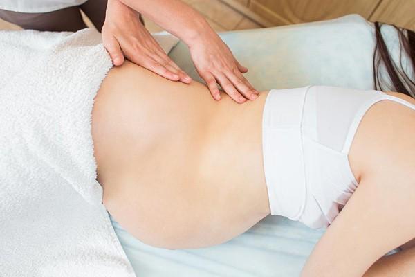 Mẹ hãy thử massage lưng khi mang thai tuần 29