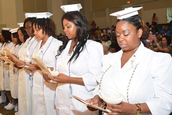 Sinh viên Điều dưỡng đọc lời thề của Florence Nightingale trong lễ tốt nghiệp