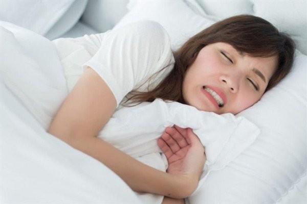 Nghiến răng có thể xảy ra cả khi thức và ngủ