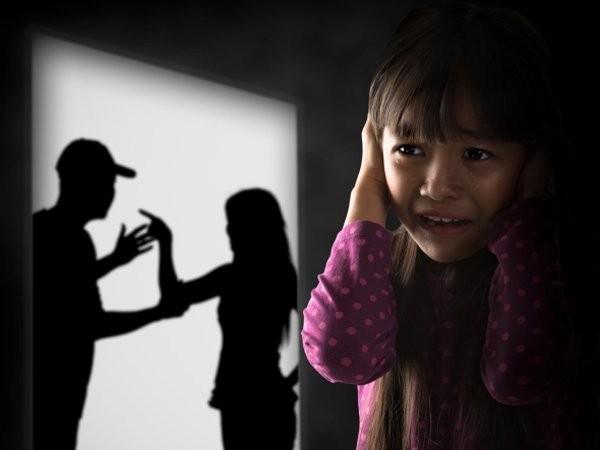 Trẻ bị ngược đãi về cảm xúc khi nhìn thấy cảnh bạo lực gia đình