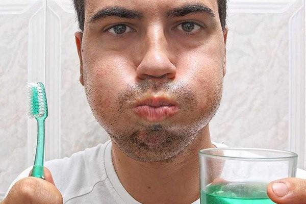 Bạn nên dùng nước để súc miệng 2 lần/ngày