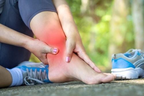 Những chấn thương khi tập luyện thể thao thường dẫn đến đau mắt cá chân.
