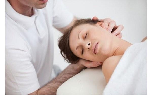 Tập vật lý trị liệu hỗ trợ giảm cơn đau do thoái hóa cột sống cổ