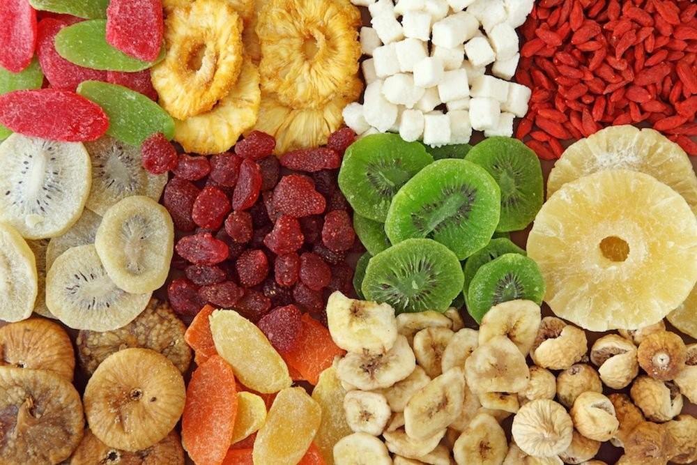 Hoa quả sấy khô có tính dính, rất khó làm sạch sau khi ăn