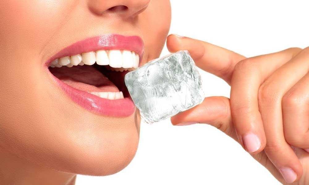 Nhai nước đá là thói quen rất có hại cho răng mà nhiều người chưa biết