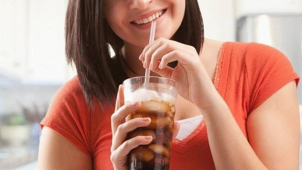 Uống nước có ga bằng ống hút sẽ có lợi cho răng của bạn
