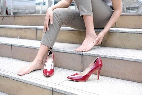 """""""<yoastmarkaBàn chân hoặc dáng đi bất thường cũng khiến dây thần kình bàn chân của bạn bị chèn ép gây đau."""