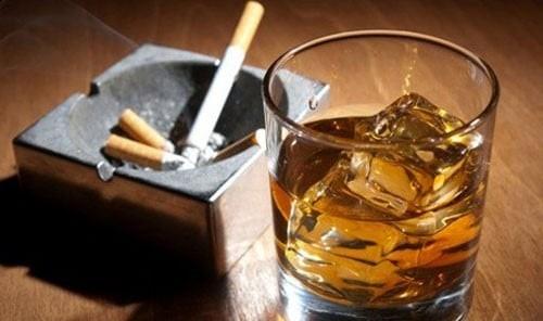 Thuốc lá và rượu bia được xem là các yếu tố nguy cơ chính gây ung thư môi.