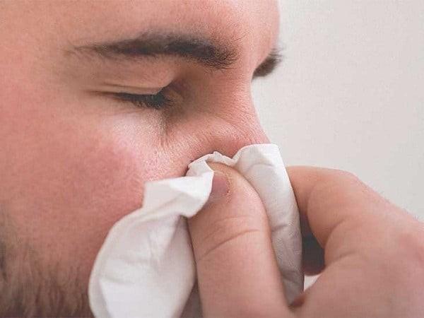 Bóp cánh mũi bằng ngón trỏ và ngón cái và giữ trong khoảng 5 phút để cầm máu.