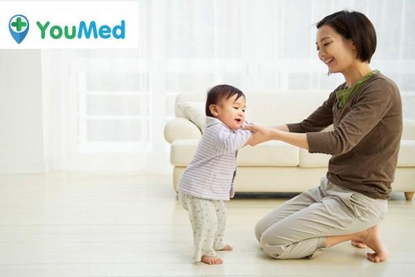 Bé 1 tuổi tập đi đứng - dinh dưỡng cho trẻ 1 tuổi