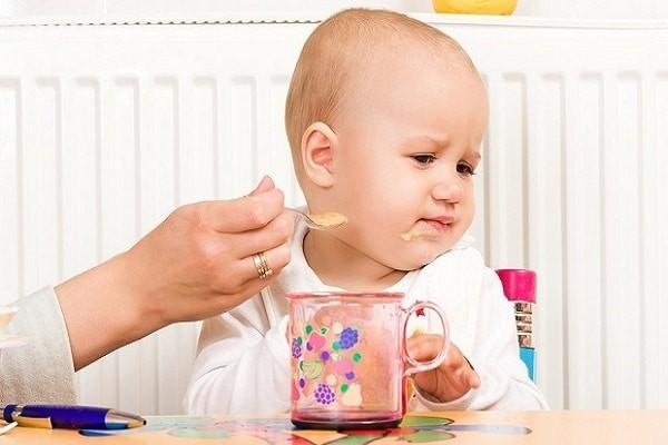 Ép trẻ ăn là một hành động thiếu khoa học