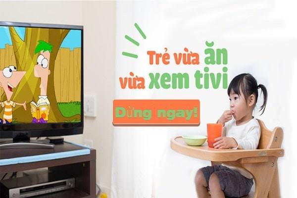 Không để bé vừa ăn vừa xem ti vi
