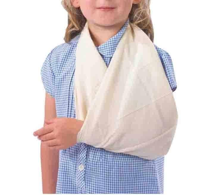 Sơ cứu vết thương ở cánh tay bằng băng tam giác