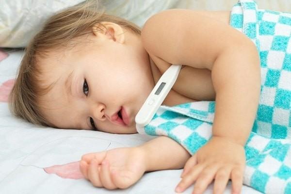 Đau bụng ở trẻ có thể kèm theo sốt