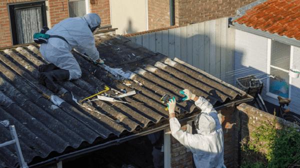 Ảnh chụp thợ đang lấy Asbestos từ tôn