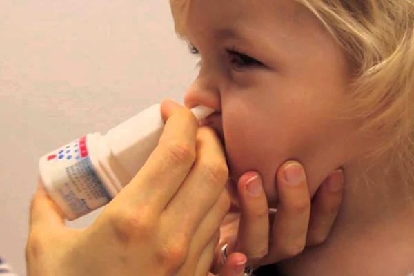 Sử dụng nước muối xịt khoáng vào 2 bên lỗ mũi 2 đến 3 lần mỗi ngày