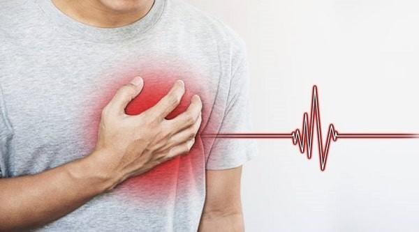 Biến chứng tim mạch là một trong các biến chứng nguy hiểm, có thể biểu hiện bằng đau ngực