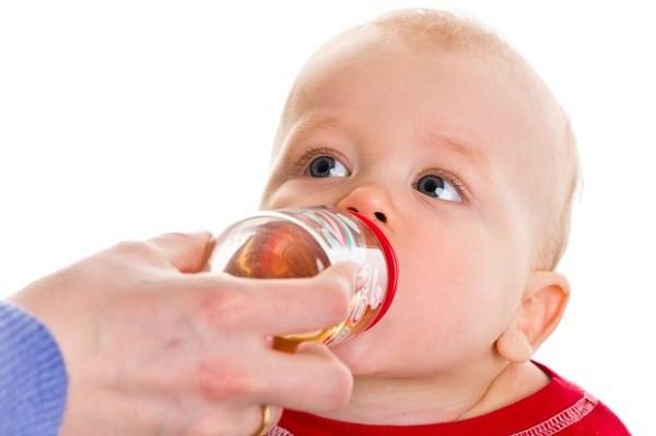 trẻ sơ sinh uống nước trái cây