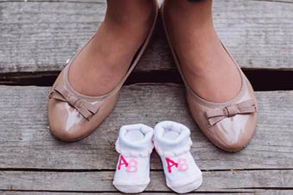 Mẹ bầu nên chọn giày phù hợp