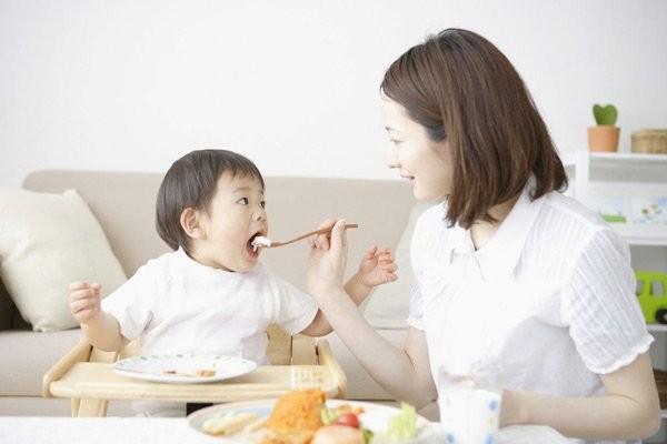 Hãy khuyến khích trẻ ăn cùng với gia đình
