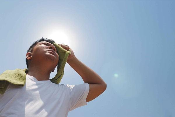 Các hoạt động trong thời tiết nắng nóng dễ gây mất nước nếu không uống đủ