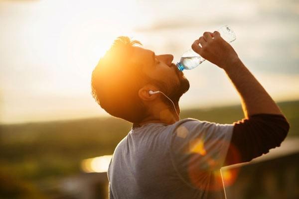 Uống nhiều nước khi thời tiết nắng nóng để bù đắp lượng nước mất qua mồ hôi