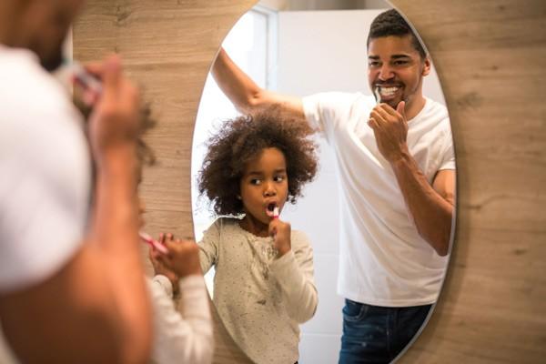 Đánh răng để giúp ngừa mảng bám
