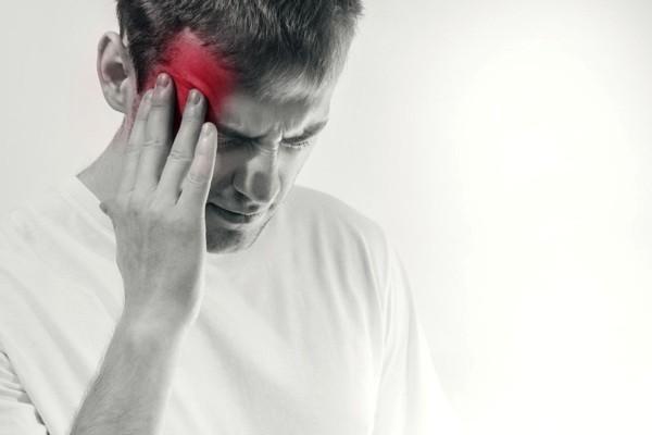 nhức đầu là một trong những triệu chứng viêm động mạch Takayasu