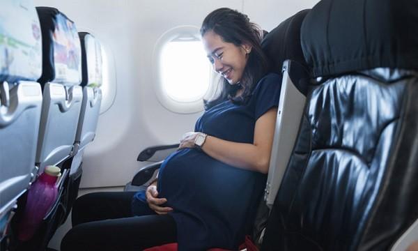 Phụ nữ mang thai đi máy bay: Những điều cần lưu ý - YouMed