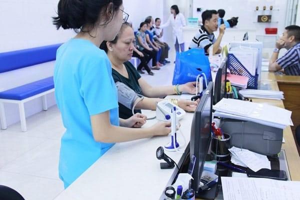 Bệnh nhân đang đo huyết áp tại phòng khám