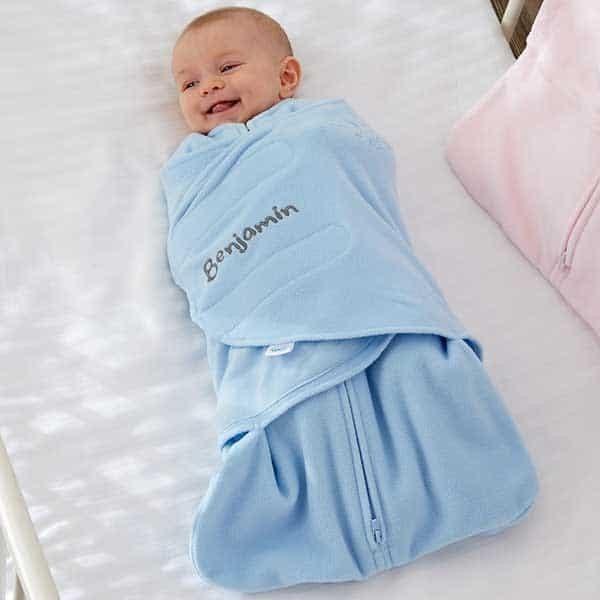 để hai chân của bé hoạt động khi quấn khăn