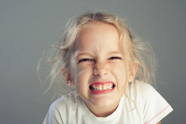 Nghiến răng có thể gây ảnh hưởng xấu đến răng miệng của trẻ