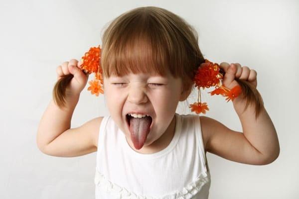 Kéo tóc là một thói quen xấu ở trẻ cần được sửa