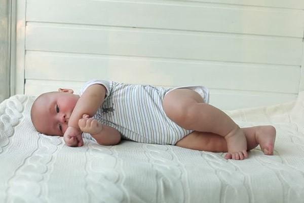 Lúc trẻ được 4 đến 6 tháng tuổi, trẻ sẽ có thể lăn người, biết lật nằm sấp và ngửa