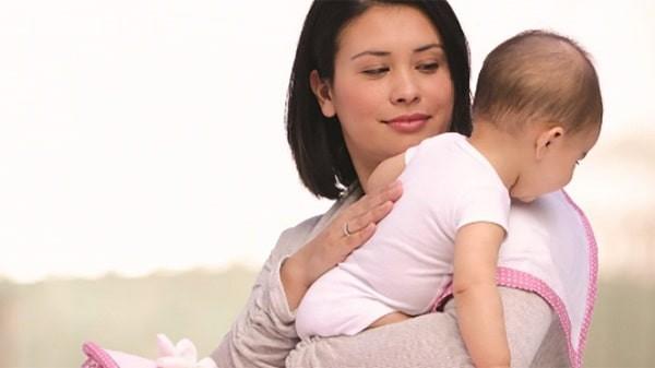 Sau khi bú không nên cho trẻ nằm ngay khiến bé nôn trớ